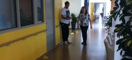 femme qui marche dans un couloir